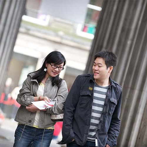 Two students in 格拉斯哥 city centre